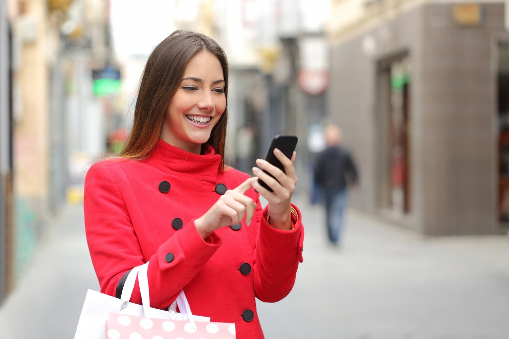 Shopper looking online on the smart phone for local restaurants and retail locations